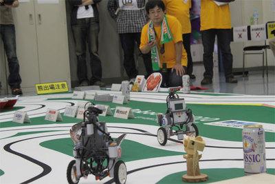 地区大会のコース上には地域の名産品などが並ぶ。これは北海道大会のコース(写真提供:ETロボコン実行委員会)