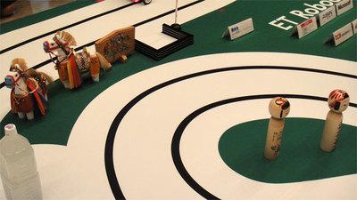 こちらは東北大会のコース。こけしなどが置かれている。(写真提供:ETロボコン実行委員会)