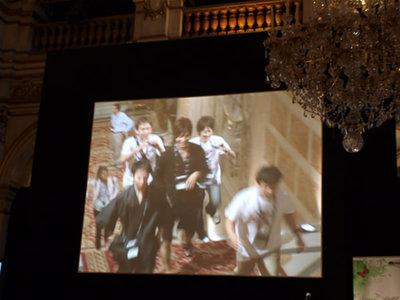 写真2:「JAPAN!」と声がかかり,会場への階段を上がってくる日本代表。その様子は檀上の大きなスクリーンに映されます