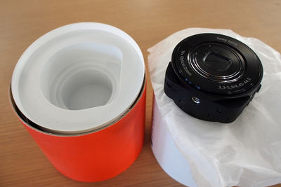 パッケージの中央に収納されているカメラ