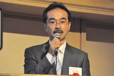 授賞式後の記念講演に立つ石井氏。ご自身のPostgrrSQLにまつわる活動を第1期~第4期に分けて解説。それは日本のOSSの歴史そのものでもあります。
