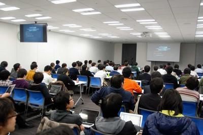 歌舞伎座タワー内にあるドワンゴ本社大会議室にC++のエンジニア100名余が集まった