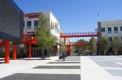 写真1 キャンパス内風景。The Hacker's Companyと掲げられています。ここは元Sun Microsystemsのキャンパスでビルは同じながら渡り廊下とその構造を大胆に赤く塗ることでぐっとモダンな印象になっている。