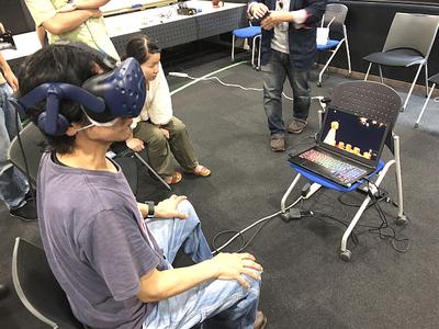 実際に演じる広田氏自身が,VRパートを体験。自身が眼の前に登場し,最初は「不思議な感じだ」とつぶやきながら,どんどん引き込まれ,途中からはVRの世界に没入していたのが印象的だった