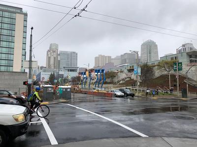 NGINXはサンフランシスコのダウンタウンにあります。すぐ前に,このMoscone Convention Centerの裏側が見えます