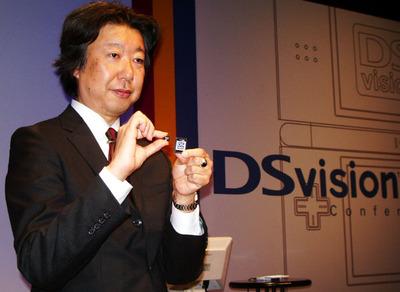 専用アダプタおよび専用microSDを手にする澤居氏