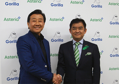 力強く握手をし,今回の戦略的業務提携に期待を込めたDr. Spincer Koh氏(左)と平野洋一郎氏(右)