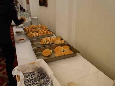 パンにベーコンまたは目玉焼きがはさまっている朝食