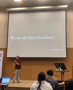 みんなで「We are Data Guardians!」と唱和