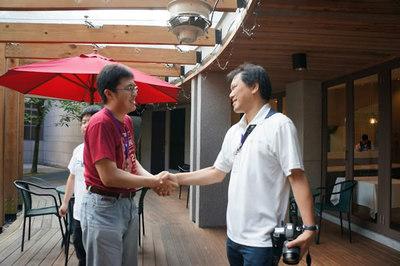 台湾と日本のPyCon座長の握手