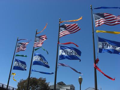写真3:7月4日の独立記念日に向けて,アメリカ国旗である星条旗が掲げられています