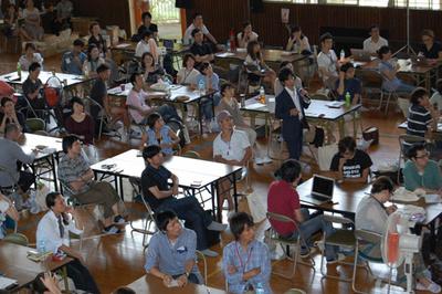 荒井先生が担当した授業。体育館の中を所狭しと動き回りながらの,WebSig1日学校ならではの授業風景
