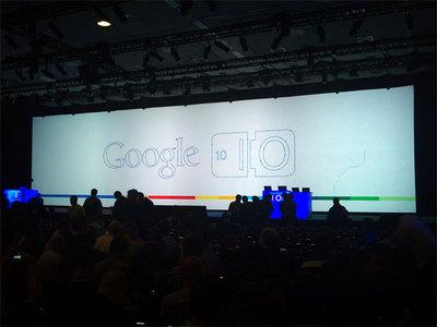 基調講演の行われる会場3Fのメインフロア会場に設置された巨大ワイドスクリーン