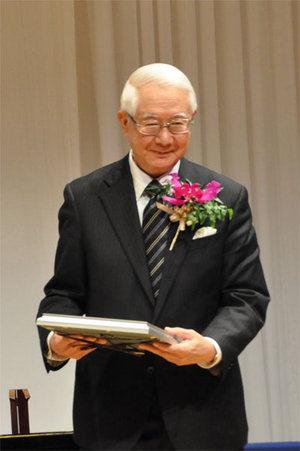 賞牌を受け取る上杉 邦憲 宇宙航空研究機構 名誉教授