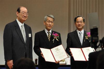 表彰式直後に佐々木理事長(左)と笑顔で記念撮影中の榊氏(中央)と荒川氏(右)
