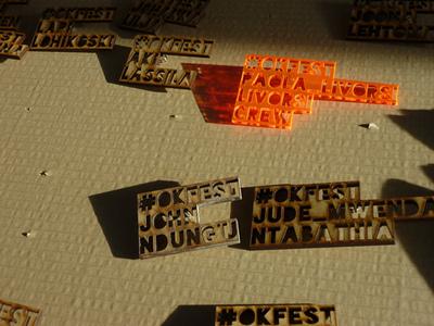 フェスティバル参加者の名前が刻印されたネームプレート
