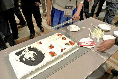 図3 プロ生ちゃん特大ケーキ。セッション終了後のハッピーアワーで登場! カットしているのはクラウディア窓辺さん