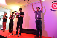 最優秀賞発表の瞬間。両手を挙げて応えるfoka氏