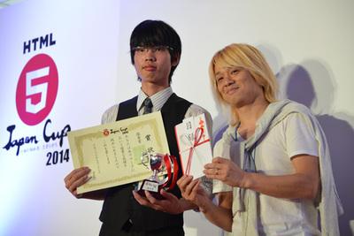 同じく優秀賞の松田氏(左)と,プレゼンターの審査委員,秋葉秀樹氏