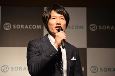 基調講演に立つソラコム社長 玉川憲氏。同社を「NTTドコモとAWSの両巨人の肩の上に乗ったIoTバーチャルキャリア」と紹介。