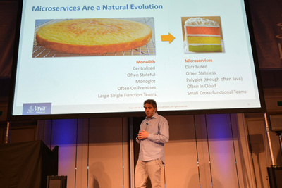 クラウドアプリケーションの基本プロダクト部門のディレクター,David Delabassee氏によるJava EEの進化の紹介。Microserviceと分散コンピューティングの対応がここ数年のキモです