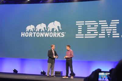 カンファレンスのオープニングキーノートの冒頭でビアデンCEO(左)から発表されたIBMとの提携。IBMはHDPを同社の公式Hadoop製品として今後扱うことになる