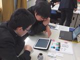(左)MESHの動きをプログラミングするプログラミングチーム