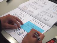 準備された授業レシピおよび専用のシートに記入する形でアイデアを明文化していく(左)