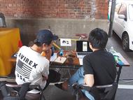 トークセッションのあいだに,デザイン制作に取り組む各チームの様子