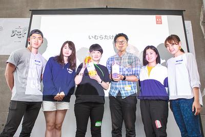 適十塾賞を獲得したチーム「いむらたけい」(中央)と適十塾に所属する学生ら
