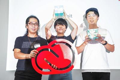 アドビ賞を受賞したチーム「mit」とアドビのCreative Cloud エバンジェリスト(左)