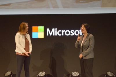 ナデラCEOのキーノートのあとに登壇したニトリ 上席執行役員 斎藤めぐみ氏はMicrosoft 365によるニトリの変革を紹介。国内外の物流センターや配送拠点をも含んだコニュニケーションプラットフォームをMicrosoft 365で構築し,劇的な生産性の向上を実現したという。左はMicrosoft 365のゼネラルマネージャ キャサリン・ボーグ氏