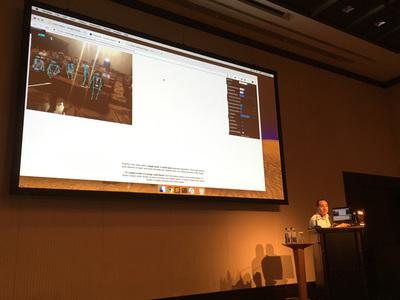 TFによる画像認識の例として,PoseNet のライブデモを行うGordon氏