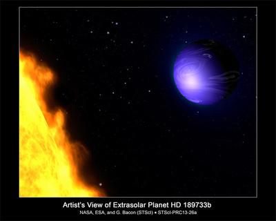 NASAのアーティストが今回の発表をもとに描いたHD 189733bの想像図。こぎつね座の方向に約63光年離れた恒星HD 189733を主星とするホットジュピター型のHD 189733bは,主星のごく至近距離を公転している。したがって地球に対する月のように,つねに主星に対して同じ面を見せている(自転周期と公転周期が同じ)。イエローオレンジの主星のすぐそばを回るディープブルーのホットジュピター。いつかその姿を捉えることができる日がくるのだろうか…。