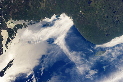 左下の雲に囲まれた緑の領域がアイル・ロイヤルの先端部分。この周辺から右側に見えるミシピコテン島(Michipicoten Island)のあたりまで,湖面のさざなみがはっきり確認できる鏡面反射が起こっている。重力波による雲のうねりとさざなみの向きが同じことから,2つの現象ともに,陸からの風に影響されていることがわかる。