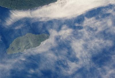 上の写真のミシピコテン島付近を拡大したもの。サングリントが確認できる。