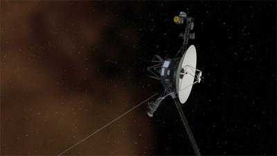 NASAのアーティストが描いた星間空間を航行するボイジャー1号。星間空間に含まれる星間物質は,数百万年から数億年前に起こった超新星爆発が生み出したプラズマ粒子やイオン化されたガスによって構成されている。星間空間のプラズマは遠くから見るとオレンジ色に輝いており,たとえばハッブル宇宙望遠鏡が捉えたオリオン座の馬頭星雲にくっきりと写る星間物質はよく知られている。