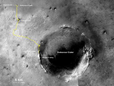 オポチュニティは2004年1月に写真左上のイーグルクレーター(Eagle Crator)にランディングし,10年に渡って黄色のライン通りに25マイルを走行してきた。火星の一昼夜(24時間37分)はソル(sol)と呼ばれるが,オポチュニティは3735ソルかけてこの記録を達成したことになる。現在は1年前に到達したソランダーポイントの南にあるルノホート2で作業中,次は南のマラソンバレーをめざす。