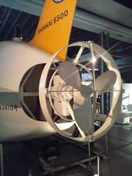 「しんかい6500」のバックショット(お尻)。左:2012年以前に用いられていた大型プロペラ(著者撮影,日本科学未来館の実物大模型)。プロペラの直径は約1メートル。右:2012年以降の「後ろ姿」。大型のプロペラの代わりに中型プロペラ2台が配されたことがわかる(調査船「よこすか」上にて著者撮影,2016年)