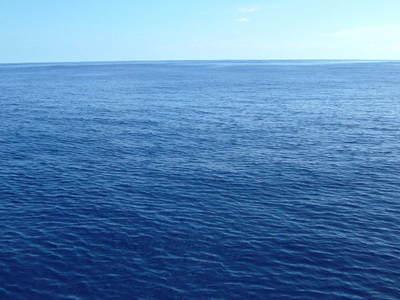 この広い海の底には「暗黒の世界」が広がっている。写真はマリアナ諸島沖の青い海(著者撮影,2006年)