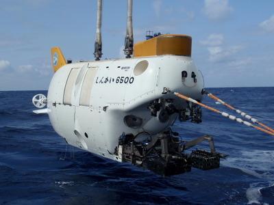 有人潜水調査船「しんかい6500」。1989年,三菱重工業(株)神戸造船所で完成。その後,日本周辺や世界の海で深海調査を実施,数々の発見を成し遂げてきた。深海への潜航回数は1,400回を超える。著者撮影(2012年沖縄沖)